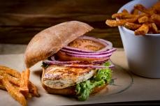 Funky Chicken Burger mit Sweet Chili Sauce